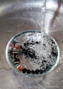 Очищение бусины Дзи водой